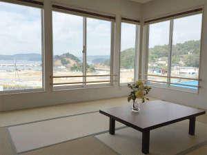 割烹民宿めぐろ :*客室一例/大きな窓から海を眺められる海側のお部屋。12.5畳で広々お過ごしになれます。
