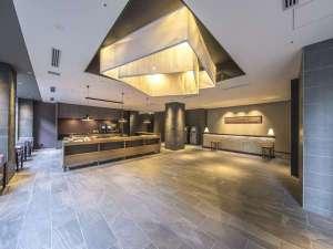 東急ステイ京都両替町通(三条烏丸):*ロビー*天井の幕体には西陣織の生地を使用し京都らしさを演出しております。