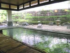 中庭の四季を眺めながら入る温泉もまた贅沢です。