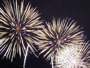 7月最終日曜日開催「御所湖祭り・大花火大会」夜空を彩る花火や湖面に映し出される水上花火