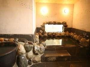 民宿 ほら:リニューアルした岩風呂。朝晩で入れ替えを行います。