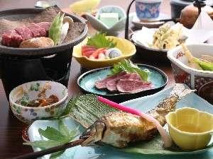 民宿 ほら:夕食は食事処にご用意いたします。飛騨牛&川魚をお楽しみください。