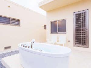 かりゆしコンドミニアムリゾート名護 RBvilla(アールビーヴィラ):各棟の前庭には専用屋外ジャグジーを設置。熱々も可能な温水仕様(水着でご利用下さい)。