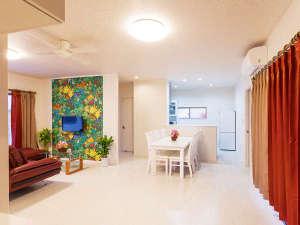 かりゆしコンドミニアムリゾート名護 RBvilla(アールビーヴィラ):【RBvilla】広々した明るいリビングダイニングルーム。ソファーセットとダイニングテーブルを配置しました