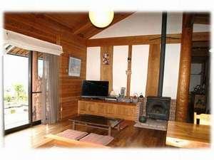 農家民宿 ログ 杉の家:薪ストーブと囲炉裏の食堂、リビング