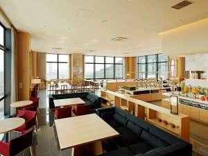 朝食会場は朝陽が差し込み、松山城と街を見ながらのスカイレストラン