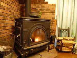 ペンション 草原の風:暖炉の温かい火が趣を与えてくれます。