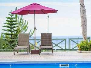 沖縄かりゆしビーチリゾート・オーシャンスパ:プールサイドに設置しております、パラソル、チェアも無料でご利用頂けます。