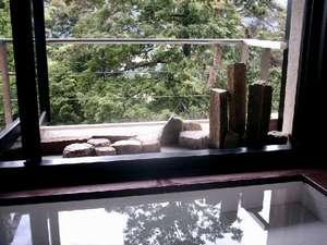 下呂温泉 湯之島館:【景山荘】窓が全面開放する景山荘客室の客室風呂