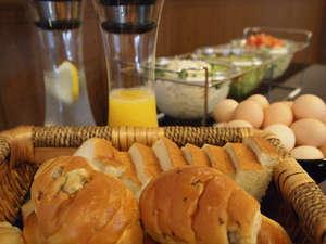 ホテル花:全てのお客様に、軽朝食無料サービスです。パン・ゆで卵・サラダなどが並びます★内容が異なる場合あります
