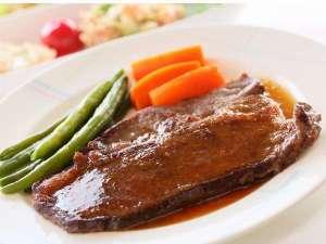 家庭的な洋風料理が好評の宿 ペンション青い風:夕食のステーキの一例