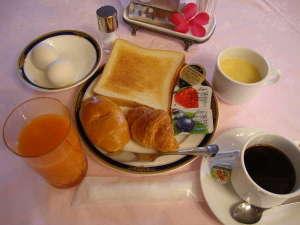 ホテルパレスイン鹿児島:【軽食サービス】パン・ドリンクバーがついております。7:00am~9:00am(1階レストラン パレス)