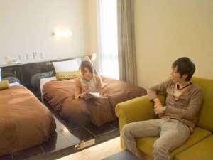 アーバイン広島エグゼクティブ:ツインルームには、120cm幅のベッドが2台備わっております。