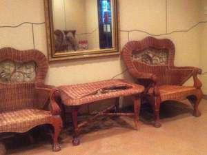 ビジネスホテルボストン:【エントランス】お待ち合わせには、籐の椅子をご利用ください。