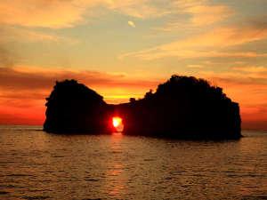 【円月島】年に2回、春分の日と秋分の日前後は夕陽が真ん中にすっぽりと収まりとっても綺麗に見えます♪