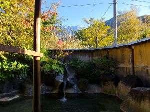 旅館 観岳:焼岳の雪山と、周辺の紅葉した木々を同時に見られる時期は貴重です。お部屋単位で貸切できます。