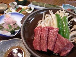 旅館 観岳:ご夕食は、飛騨牛陶板焼き、お客様に人気のニジマスの笹焼き他、地元の食材を使った奥飛騨料理(一例)