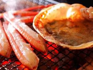 窓に広がる夕日と海 美食を奏で150年 間人温泉 炭平:間人ガニの甘みを堪能するなら炭火焼きが一押しです。