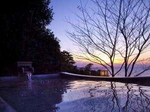 窓に広がる夕日と海 美食を奏で150年 間人温泉 炭平:夢うつつ 間人の地が奏でる幻想的な風景美に包まれる 大浴場 空の雫 露天風呂でごゆるりと
