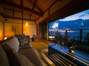窓に広がる夕日と海 美食を奏で150年 間人温泉 炭平:【離れ客室 海鈴】大きな窓からは一面の日本海が広がる。海を眺め過ごす憧れのシチュエーションがそこに