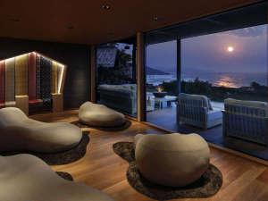 窓に広がる夕日と海 美食を奏で150年 間人温泉 炭平:【ライブラリー棟】うつろう海の情景と共に過ごす。オススメしたい海の旅館の過ごし方がここにはあります