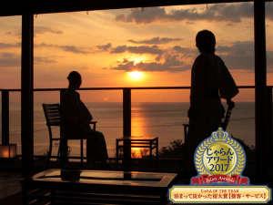 窓に広がる夕日と海 美食を奏で150年 間人温泉 炭平:はかない夕日のひとときを。離れ客室「海鈴」でから眺める日本海の情景