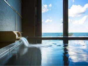 窓に広がる夕日と海 美食を奏で150年 間人温泉 炭平:<温泉貸切風呂 海の湯>丹後の海に浸かるように温泉をお楽しみください。