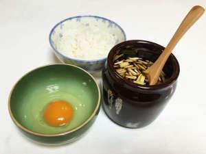 山荘やなはら:*【朝食一例:卵かけごはん】特産の黄ニラを贅沢に使った自家製ダレでどうぞ
