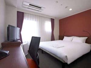 ザ・ビー京都三条:[スタンダードダブル]13㎡ 幅160cmの広々としたベッド。1名様、2名様でもお寛ぎ頂けます。