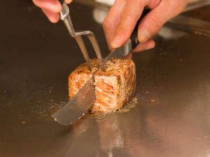 ホテルうみね:鉄板焼きコースでは、特別な素材を目の前で焼き上げます