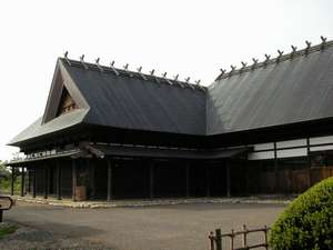 川口温泉 奥羽山荘:古き良き時代の民家を再現した奥羽山荘離れの別館「あか松庵」は1組限定の貸切のお宿です。