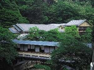 有馬温泉 月光園 游月山荘:[游月山荘 夏] 豊かな自然に包まれた游月山荘。