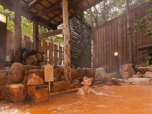 有馬温泉 月光園 游月山荘:【露天風呂・玉鉾の湯】有馬内でも珍しい自家源泉。良質の赤湯をお楽しみ下さい。
