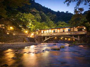 有馬温泉 月光園 游月山荘:ロビーと宿泊棟を繋ぐ『月光橋』