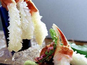 山中温泉 お花見久兵衛:【冬季限定:活蟹刺し】蟹の身の甘味を楽しむのに一番良い食べ方です。旨味と海の香りが口内に広がります。