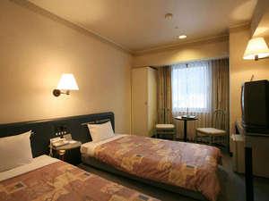 ゆうばりホテルシューパロ:*【ツイン洋室】テレビ・冷蔵庫も完備。広々としており、リラックスしてお過ごしいただけます。
