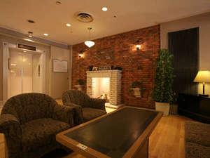ゆうばりホテルシューパロ:*広い落ち着いた雰囲気のロビーでは暖炉の演出でお客様をお迎えいたします。