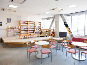 新大阪ユースホステル:10階のラウンジは、ソファーやテーブル、テレビが置いてありますので、ゆっくりとおくつろぎください。