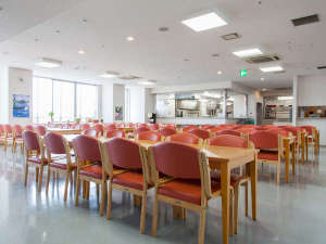 新大阪ユースホステル:10階の食堂は座席数は最大88席で、大阪市内方面が見渡せ、夜景もきれいでおすすめです。