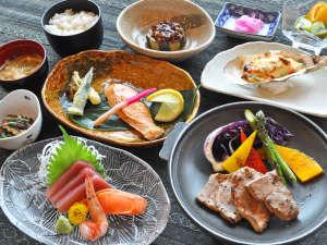 くしろ湿原パーク憩の家 かや沼:【夕食の一例】ボリューム満点の四季折々旬の食材を使った和洋食膳