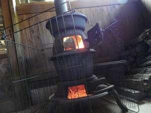 寒い日はだるまストーブを焚いて焼き芋のサービスも♪
