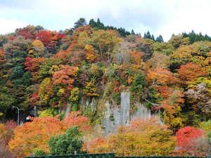 紅葉ピークに離れ平屋作りの客室露天風呂から眺める屏風岩の風景