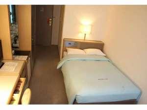 オリンピックイン神田:客室(シングル)清潔感あふれ、機能的なシングル。広めのベッドも嬉しい