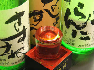 大内宿 本家扇屋:人気の升酒は1杯500円!3種の地酒から選べます。