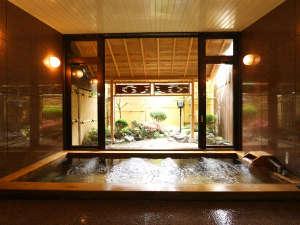 富士眺望の宿 精進マウントホテル:【古代ヒノキ風呂、24時間入浴可】和風庭園を正面に、檜の香りでリラックス♪美肌、血行促進、疲労回復♪