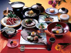旅館叶家:*和食のおもてなし。旬の味覚や地元産の食材を使ったお料理が並びます(夕食一例)
