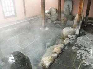 旅館叶家:*露天風呂。蓬莱石を使っており、美容と健康に良い「美肌の湯」とも言われています