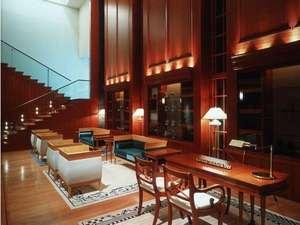 金沢ニューグランドホテルアネックス:男性女性少年の夢をテーマとした1階ロビーは木の温もりと落着いた雰囲気に包まれてます。