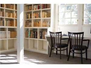B・B・C長湯 長期滞在施設と林の中の小さな図書館:併設の図書館で本に囲まれた休日も