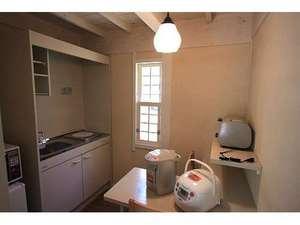 B・B・C長湯 長期滞在施設と林の中の小さな図書館:各部屋にミニキッチンを備えているので、自炊ができます